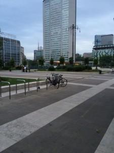Alle 6 del mattino di fronte alla Stazione Centrale ci sono quasi più biciclette che persone.