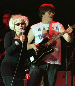 Amy Tan e Stephen King in azione durante un concerto dei Rock Bottom Remainders.