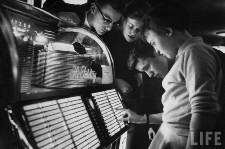 Giovani ritratti davanti al juke-box di un diner. Foto dell rivista Life, anno 1958.