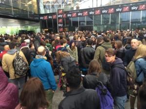 Gli aspiranti partecipanti ad X-Factor davanti all'ingresso del luogo dei provini.