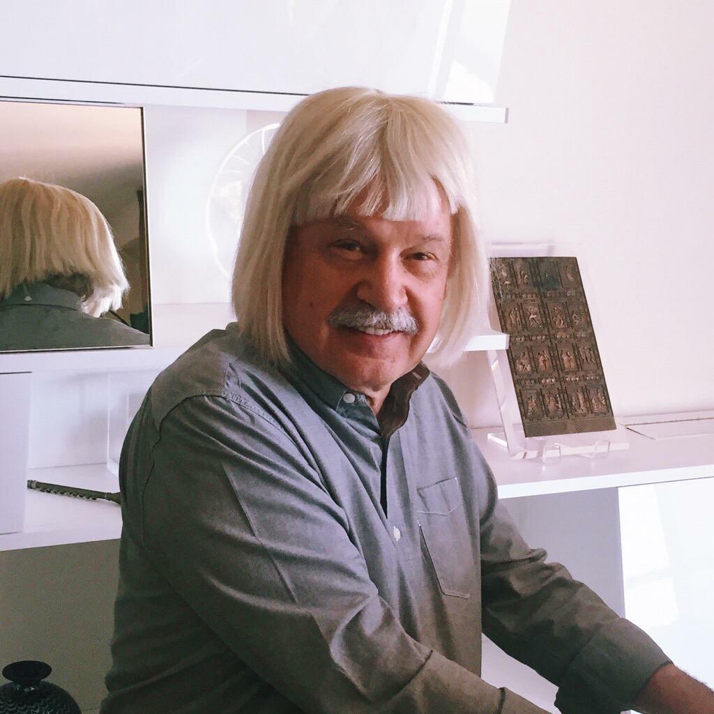 """Giorgio scherza con una parrucca """"alla Sia"""": una delle foto più divertenti apparse sulla sua pagina Facebook."""