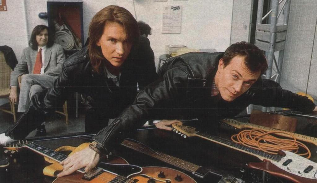 Mauro Repetto e Max Pezzali in una foto del 1993. Dietro di loro Claudio Cecchetto.