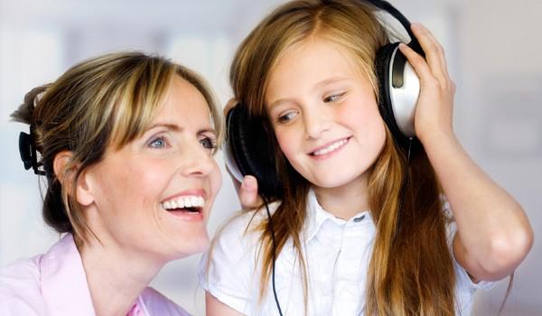 mom-tween-daughter-headphones