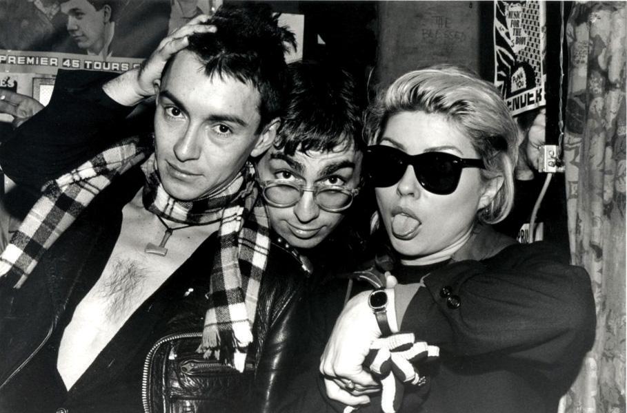 Chris Stein e Debbie Harry dei Blondie, insieme al direttore artistico dei Ramones Arturo Vega, all'interno del CBGB.