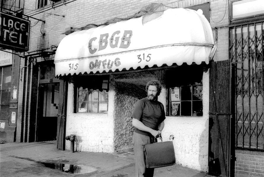 Hilly Kristal davanti al suo locale nel 1976